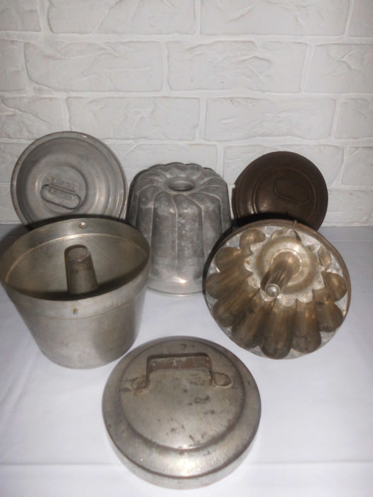 3 antique shapes for cooking pudding. around 1920 - metal