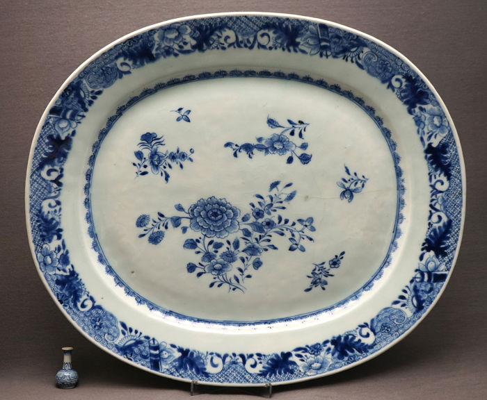 Plateau de service - Porcelaine - Very large - peonies, lotus roots and broad border  - Chine - Qianlong (1736–1795)