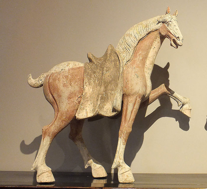 Mingqi, Un chef-d'œuvre - Terre cuite - A Large Painted Pottery Figure of a Prancing Horse, H-59 cm. W-62 cm. - Chine - Dynastie Tang (618–907)