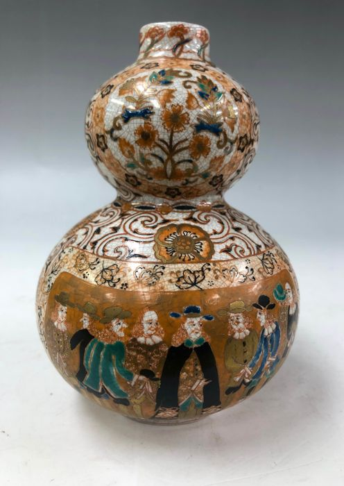 Vase - céramique - Double gourd flask decorated with Dutchmen and foreign ships - Marked 'Satsuma' 薩摩 - Japon - Période Meiji (1868–1912)