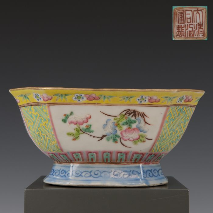 Escala (1) - Fencai - Porcelana - Flores em painéis - China - Tongzhi (1862-1874)