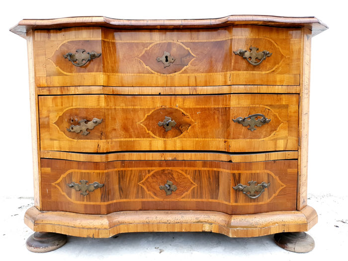 Commode - Baroque - Walnut, Wood - First half 18th century