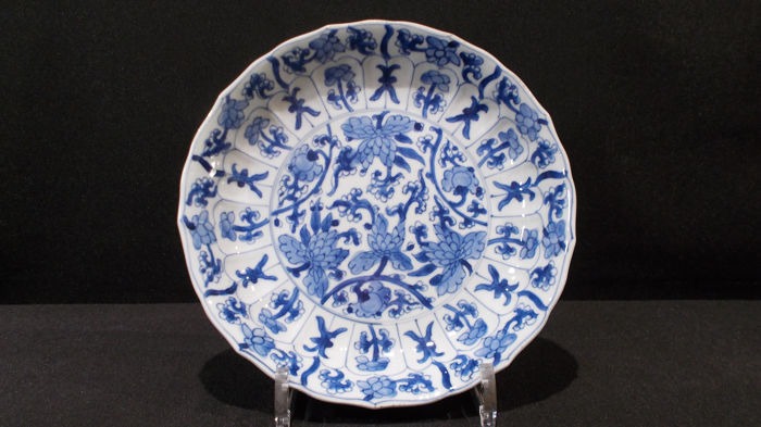 Assiette - Bleu et blanc - Porcelaine - Lotus flowers and symbols, marked with shell - Chine - Kangxi (1662–1722)