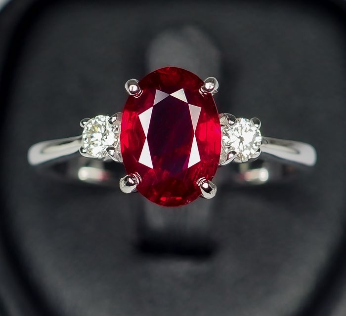 """18kt - White Gold Ring - 2.11 ct - Natural """"Pigeon Blood"""" Red Ruby"""