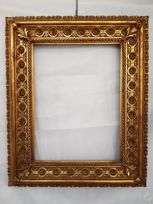 Finely crafted frame in gilded wood on special friezes and decorations - Wood