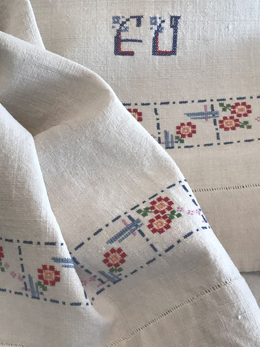 Old towel of pure thread, of loom with meticulous embroidery. Monogram - Thick loom thread.