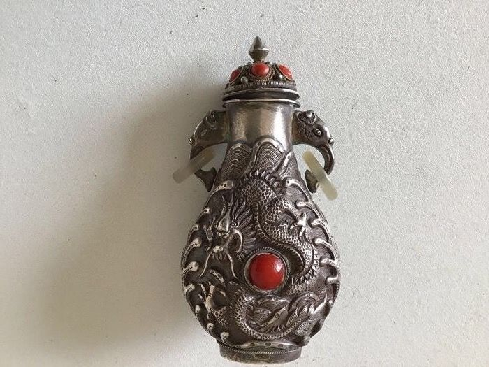 Snuff bottle, Silver dragon shaped chisel with coral, turquoise and agate (1) - Silver - China - Late 20th century