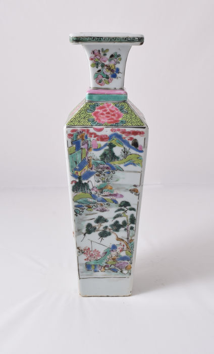 Vase carré Famille Rose insolite - Porcelaine - Chine - Yongzheng (1723–1735)