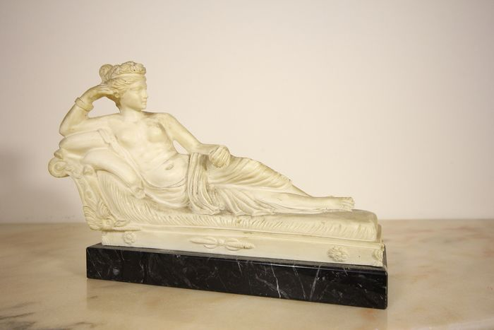 "Antonio Canova (after) Sculpture reproducing the ""Winning Venus"" Paolina Bonaparte - Marble powder and black marble"