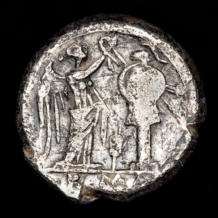 Roman Republic - victoriatus - Anonymous issue, Rome mint, 211-200 B.C. ROMA. Victory crowning trophy - Silver