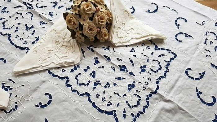 Prestigious tablecloth for 12 people - 100% pure linen with cutwork and satin stitch - all handmade