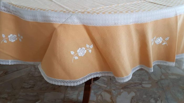 2 tovaglie ricamatrice privata - produttore privato - Round tablecloths (2) - Modern - pure cotton and lace