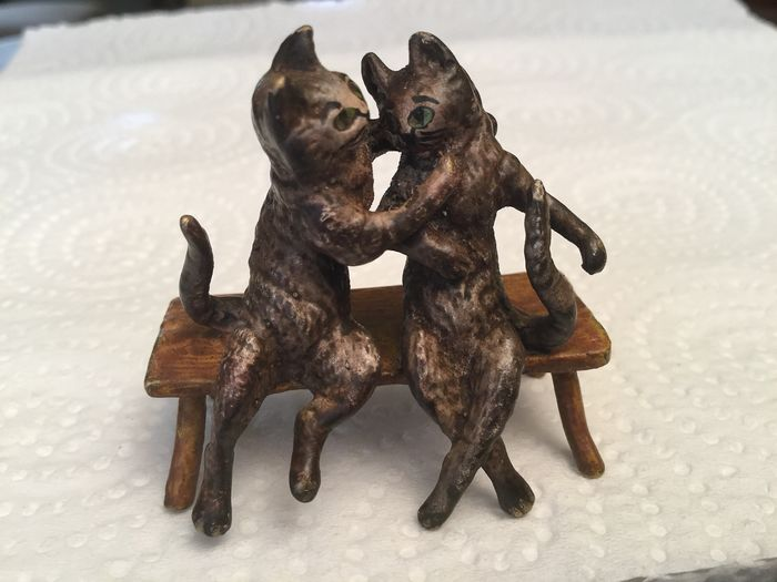 Sculpture, Bronze of Vienne - The two cats in love - Bronze (cold painted) - Early 20th century