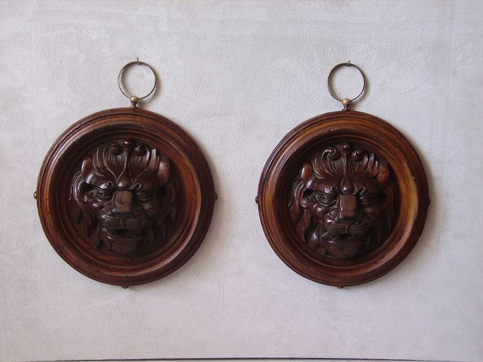 Pair of Mascarons with Lions in Carved Wood (2) - Wood - Second half 19th century