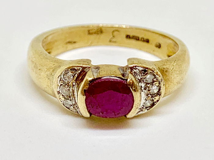 9k Yellow gold - Ring - 0.75 ct Ruby - Diamonds