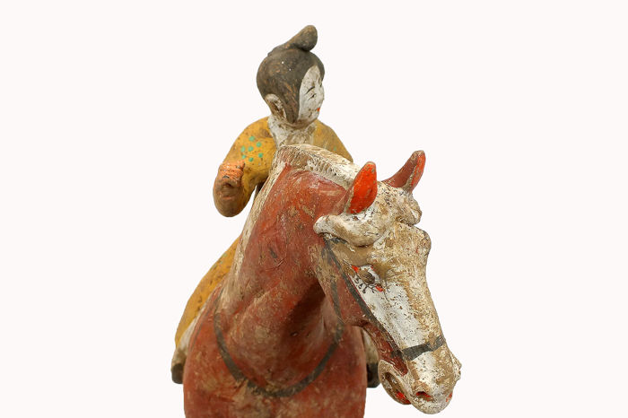 Mingqi - Aardewerk, Terracotta - Painted Red Pottery Female Polo Player Astride a Galloping Horse, TL test. H 44 cm. Wide 40 cm. - China - Tang Dynasty (618-907)