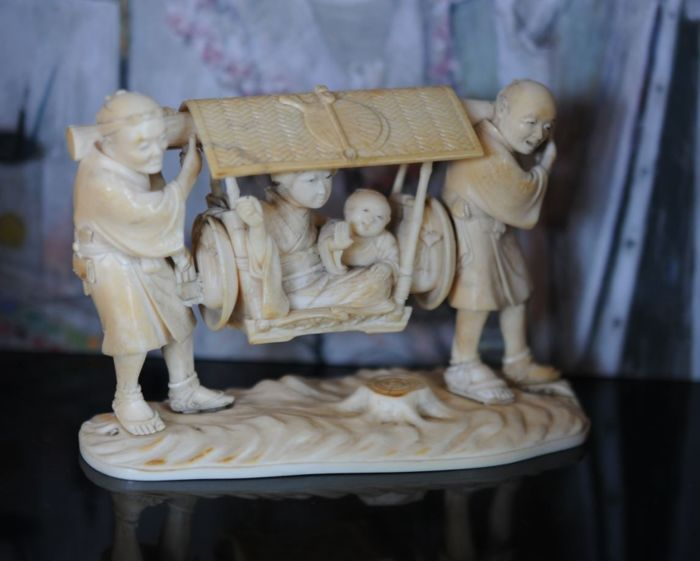 Okimono - Ivory - By HIRONARI Bijin & child in palanquin on the shoulders of 2 carriers - straw kisseru Fans details - Japan - 19th century