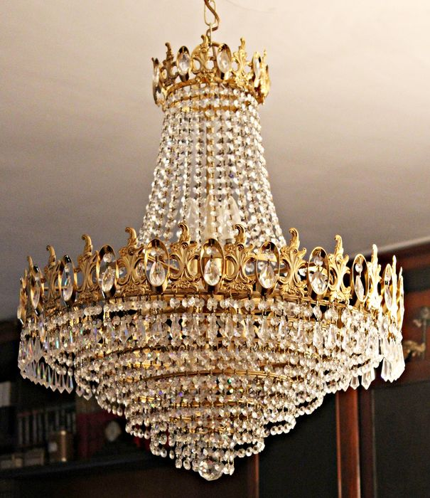 Chandellier More than 1500 crystals and 10 points of light.