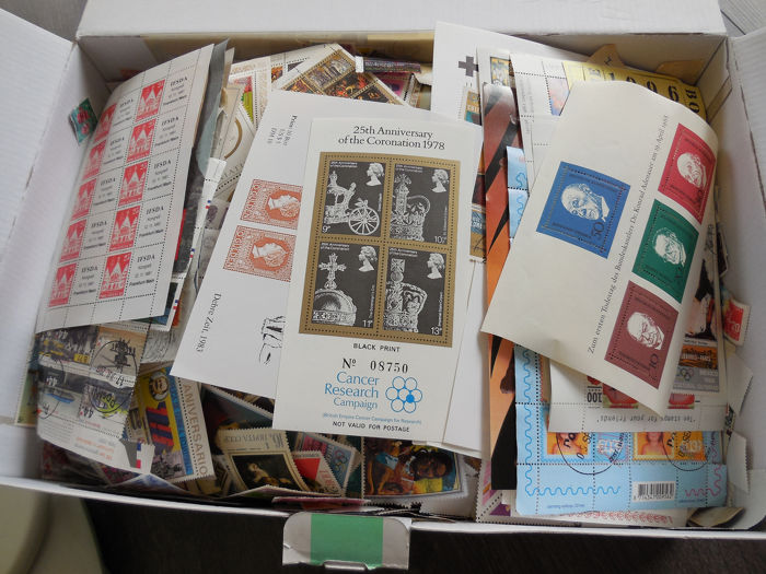 World - Batch of more than 2 kilograms of approx. 40,000 soaked-off stamps