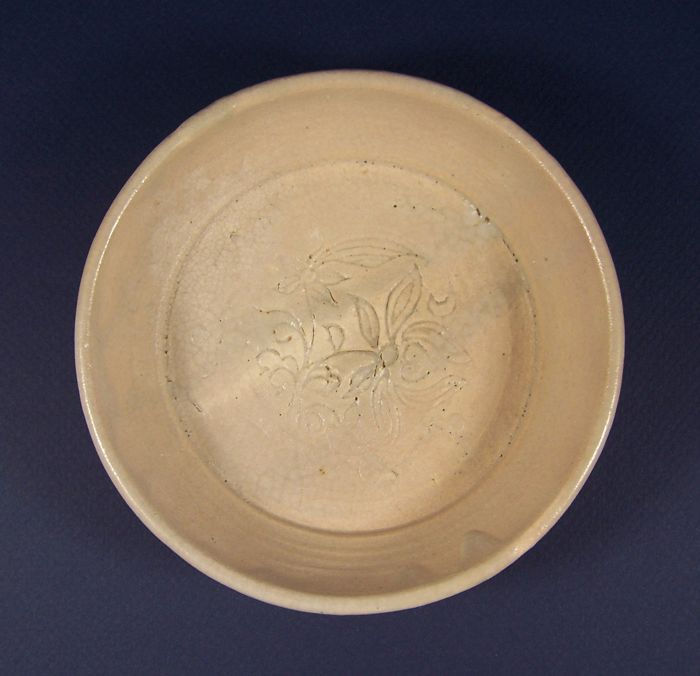 Schale - Töpferware - Blumen - A greyish pink glazed shallow bowl with floral decoration, Liao / Jin Dynasty - China - 12. Jahrhundert