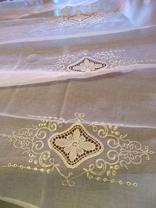 Magnificent embroidered voile curtain - 290 x 140 cm - Cotton blend voile. - 1960
