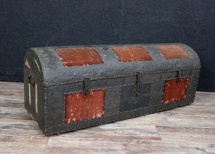 Rare hammered iron chest with tapestry cabochons - Iron (cast) - XVIII / XIX