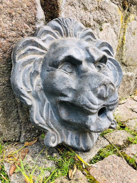 Lion head with nozzle for water feature - Lead - Early 20th century