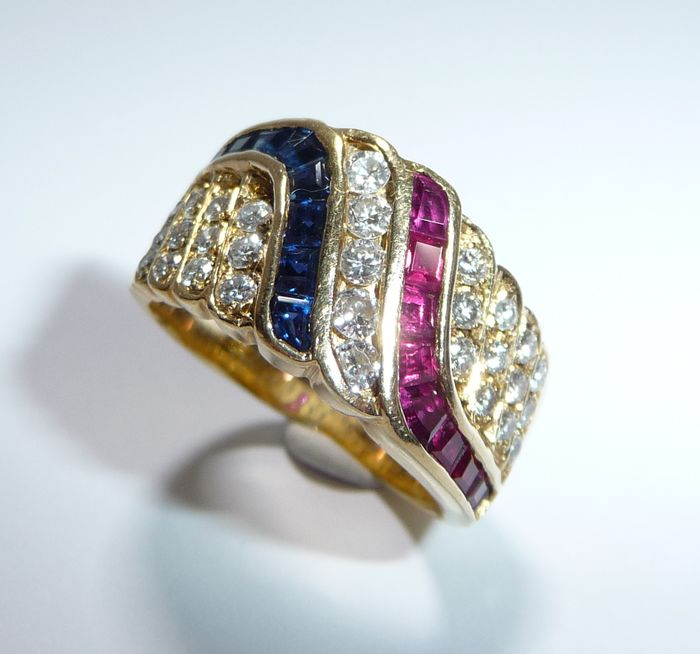 18 kt. Gold - Ring, Tricolor Design - Diamonds 0.69 ct. - sapphires 0.68 ct. - rubies 0.70 ct.