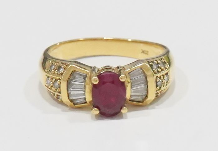 19,2 kt Gelbgold - Ring - 0.70 ct Rubin - Diamanten