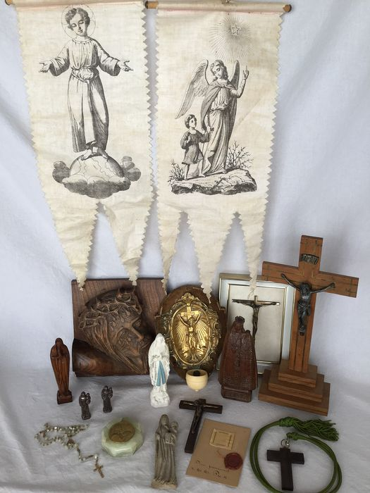 Prachtig lot religieuze items  - Wooden sculptures, banners, crucifixes, holy water bowl, led by statuettes, etc - 20th century
