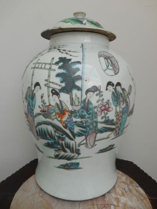 large lid pot with garden scene - Porcelain - China - Republic period (1912-1949)