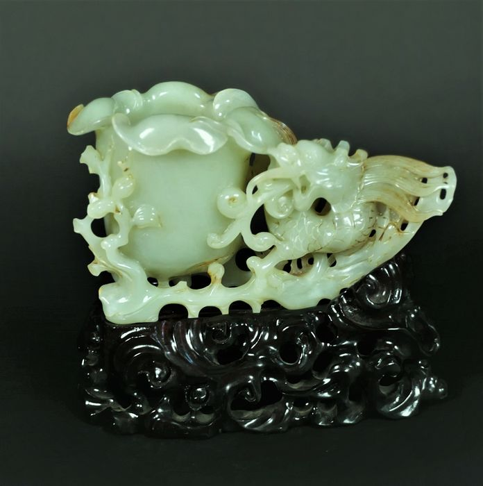 Carving - Jade - Dragon with flower cup - China - Second half 20th century