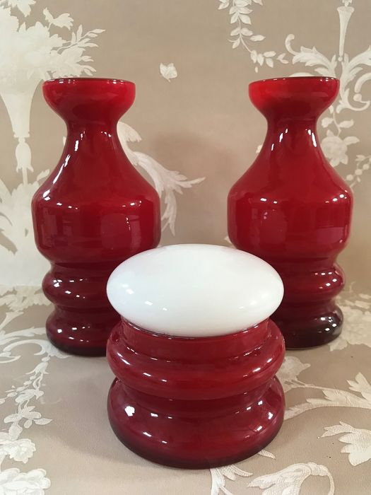 Toilet set, red folded glass. Jewelry box and two vases. - Crystal 60's.