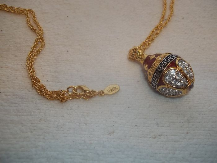 Joan Rivers© - Very, very rare - Vintage - Like new - Classics Collection Faberge Egg pendant - Including necklace - 24 Carat gold-plated - With red enamel and 43 bright Austrian Crystals