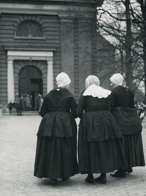 Kees Scherer (1920-1993) - 3 Women in national custume - Hierden - the Netherlands 1949