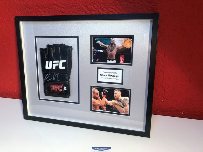 UFC - MMA  - Conor McGregor - Signed UFC Glove