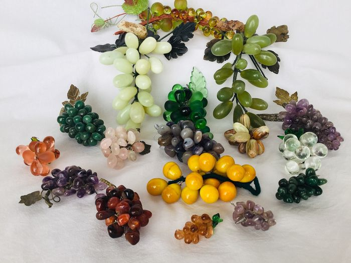 17 Beautiful bunches of grapes, all made according to traditional methods - jade, marble, glass, 20th century
