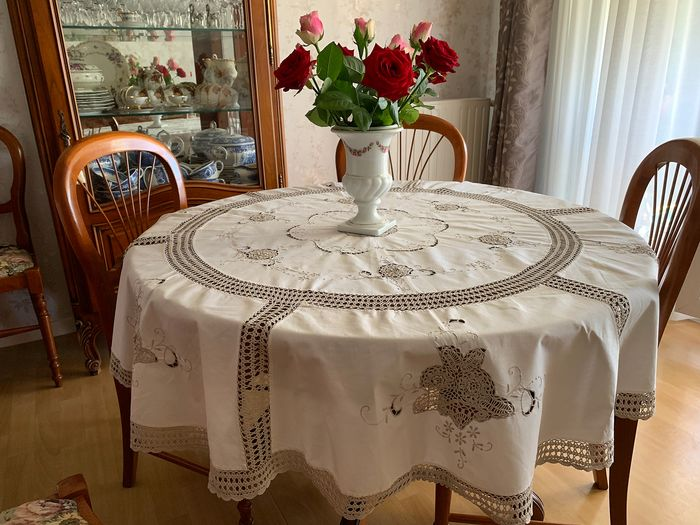 Round tablecloth. Embroidered and Hand Crochet. 1.60 cm x 1.60 cm - Cotton