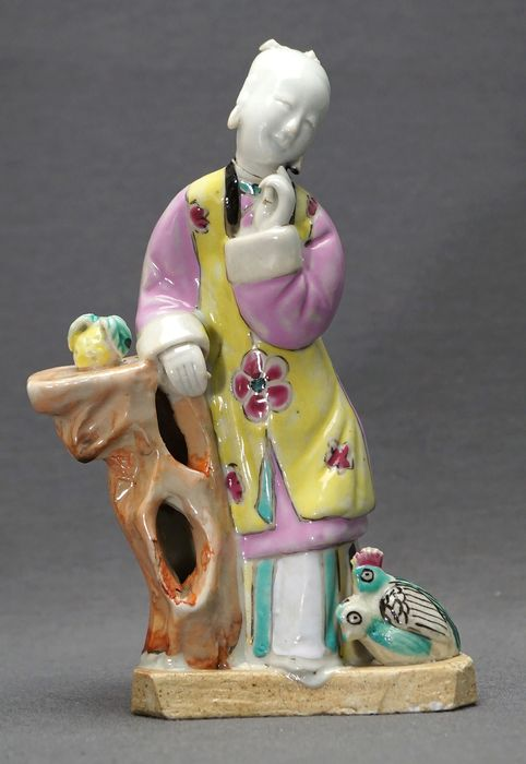 Sculpture - Famille rose - Porcelain - Leaning lady with chickens - China - 18th/19th century