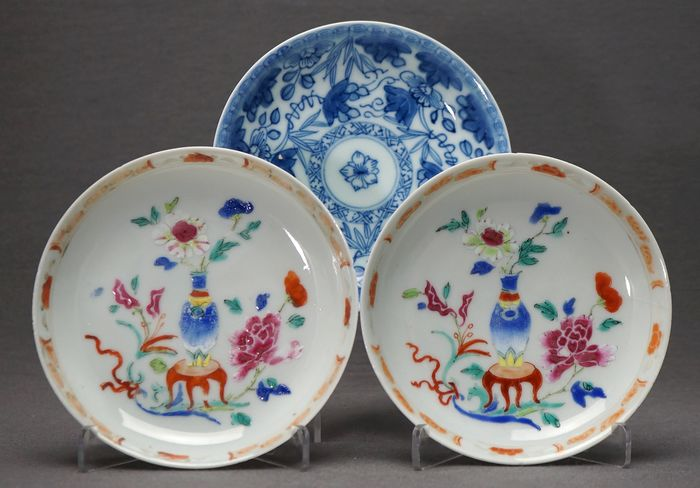 Saucers (3) - Blue and white, Yangcai - Porcelain - Vase on a stool with flowers - Grape vines - China - Yongzheng/Qianlong periode (1730-1760)