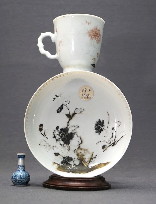Saucer, Tea cup - Porcelain - Chrysanthemum, bamboo and daisy - Ex Christie's Nanking Cargo and sale 2637 - China - Qianlong (1736-1795)