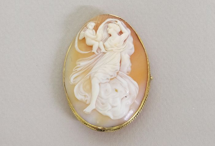 18 kt. Antique Golden and Cameo - Brooch