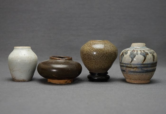 Vases, Pots (4) - Blue and white, Celadon, Monochrome, Brown tea dust - Porcelain - China and Southeast Asia  - 14th-16th century