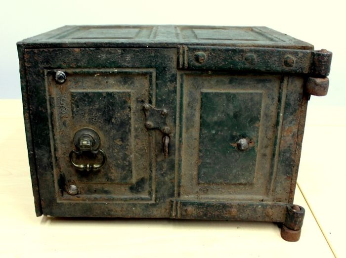 An antique safe - Iron (cast/wrought) - Early 19th century