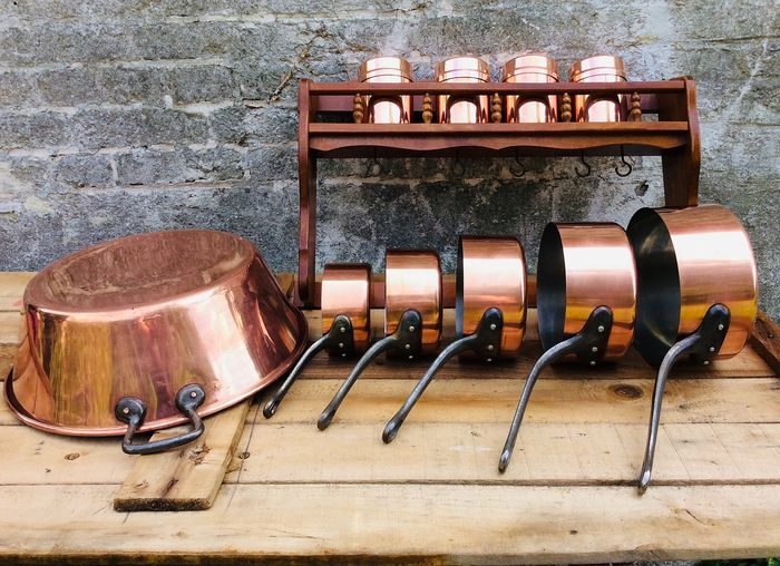 Mooi houten ophangrekje met 5 steelpannen - 4 spice jars and a real French jam bowl - Fabrication Francaise - red copper and wood