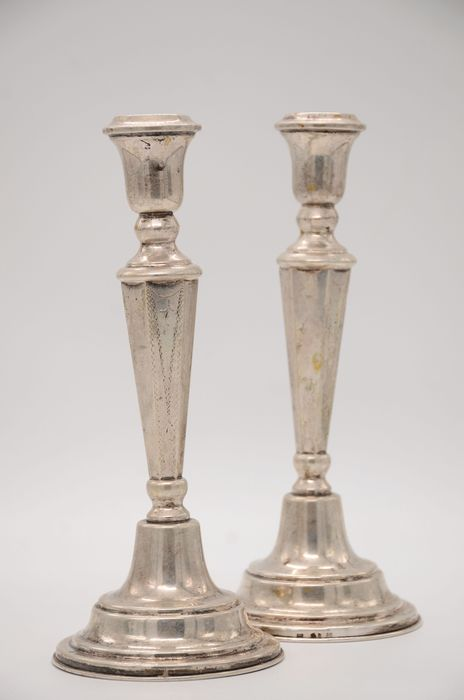 A pair of silver candlesticks (2)