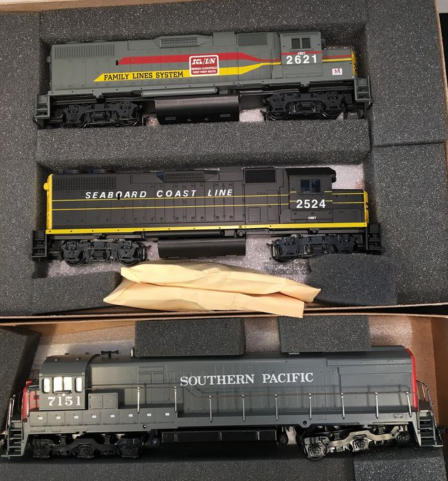 Athearn H0 - 2225 , 3431   - Diesel locomotive - 3 x Dummy's GP38-2, GE-C - Southern Pacific, Family Lines System, Seaboard Coast Line