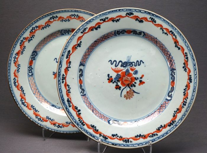 Plates (2) - Porcelain - Bouquet overglaze red and gold - China - Qianlong (1736-1795)