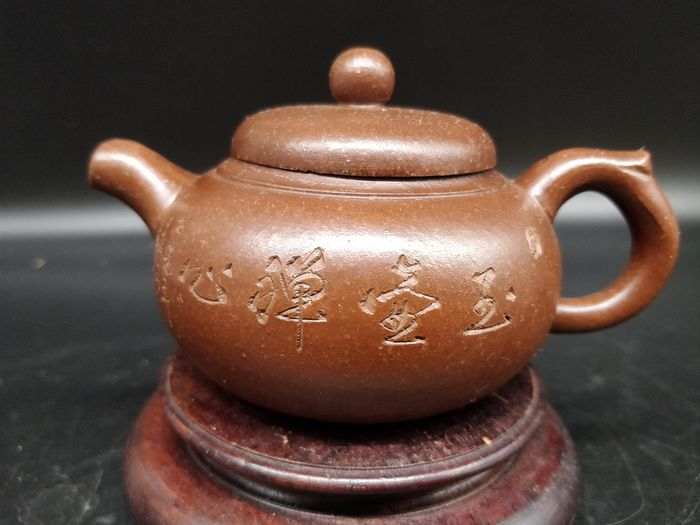 Teapot - Yixing clay - Calligraphies - China - Second half 20th century