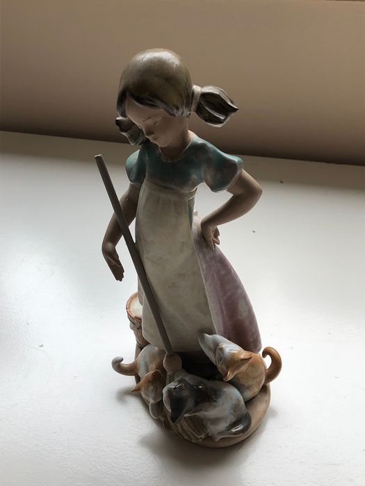 Lladró - Girl with cats - Porcelain, Stoneware